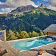 Piscine semi-enterrée dans un gîte de haute montagne à Pra Loup dans les Alpes