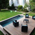 Une Piscinelle équipée d'un Rolling-Deck qui accueille du mobilier d'extérieur contemporain.