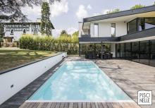 Particulièrement lumineuse, cette piscine porte en elle un esprit de pureté et de sobriété apaisante sous un joli soleil de printemps.