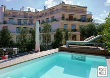 Implantée au coeur de Paris sur un toit-terrasse cette piscine est un défi totalement atypique... et réussi par Piscinelle !