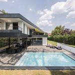 L'esprit de cette piscine est celui du modernisme architectural de Le Corbusier ou Robert Mallet-Stevens qui avec la simplicité comme mot d'ordre ont réalisé une révolution esthétique majeure.