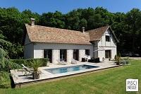La piscine, tout en discrétion et en élégance, est construire auprès d'une belle longère normande près de Dreux.